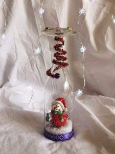 Déco faite d'une flute de champage retournée avec Père Noël à l'intérieur