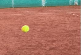 Balle de tennis sur un cours en terre battue