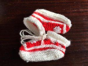 chaussons blanc et rouge en layette