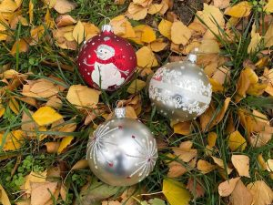 3 boules de Noël posées sur des feuilles