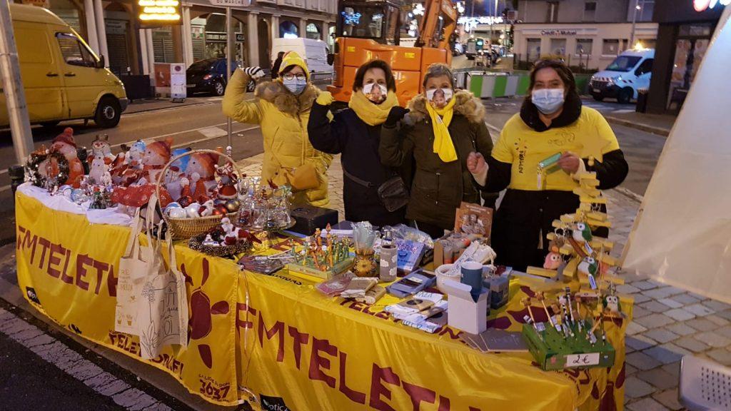 Bénévoles derrière le stand de Villemomble Espoir